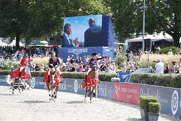 Lap of honour for Edwina Tops-Alexander and Pieter Devos